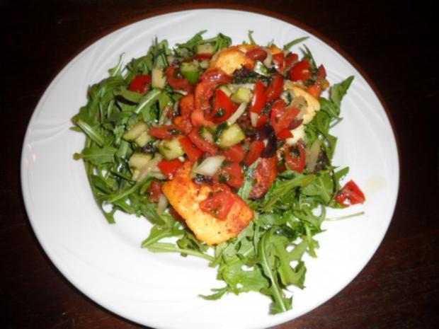 Halloumi gegrillt auf Rucola mit Gurken Tomaten - Rezept