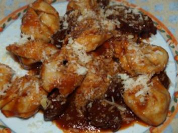 Tortelloni in würziger Tomaten-Rotwein-Soße - Rezept