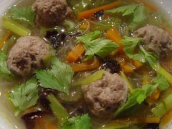 Gemüsesuppe mit Fleischbällchen und Glasnudeln - Rezept