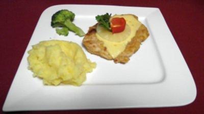 Schnitzel mit Käse und Ananas überbacken, dazu Püree - Rezept