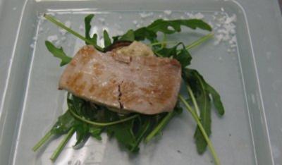 Thunfisch auf Avocadocreme dazu gegrillte Aubergine mit Rucolagarnitur (Wibke) - Rezept