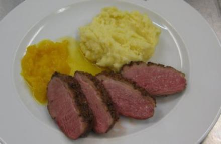 Karamellisierte Entenbrust mit Kartoffel-Selleriepüree und glasierten Orangen (Sebastian) - Rezept