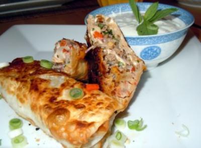 Rindfleisch-Paprika-Teigtaschen mit Joghurt-Minz-Dipp - Rezept