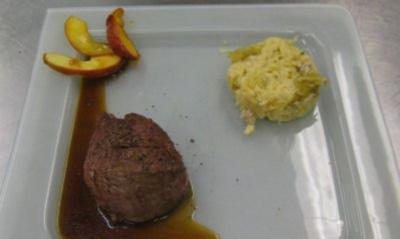 Rosa gebratenes Rinderfilet an Kartoffel-Wirsingstampf mit karamellisierten Apfelstreifen - Rezept
