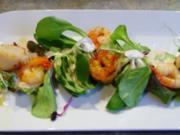 Sesam-Gurken-Tagliatelle mit gebratenen Jakobsmuscheln ,Riesengarnelen und Blattsalaten - Rezept
