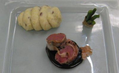 Rehrücken auf Kartoffel-Walnusspüree und Bohnen im Speckmantel und Johannisbeer-Preiselbee - Rezept