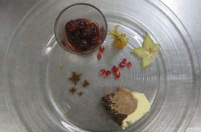 Dreifarbige Schoggi-Terrine mit Amaretto-Schattenmorellen - Rezept