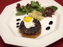 Blattsalate mit Tattie Scone, Black Pudding und Apfel - Rezept