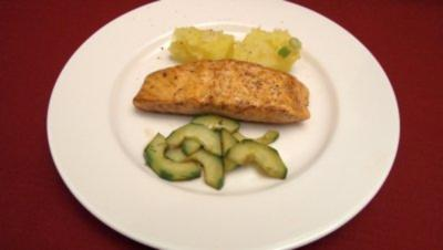 Salmon Steak, warmer Kartoffelsalat und Gurkensalat - Rezept