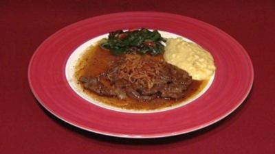 Rezept: Zwiebelrostbraten mit Stampferdäpfel und Mangoldgemüse (Rosi Schipflinger)