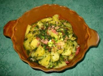 Salat - Einfacher Kartoffelsalat... mal mit Kräuter- mal mit Schmand-Kräuterdressing - Rezept