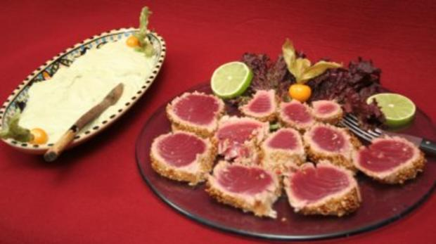 Mariniertes kurzgebratenes Tunfischfilet in Sesamkruste, dazu Avocadocreme - Rezept