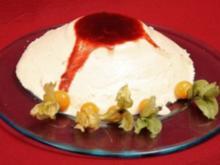 Ein Schaum in Weiß mit Joghurt und warmer Pflaumensoße - Rezept
