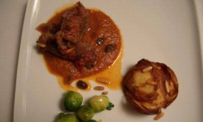 Rinderrouladen in Tomatensoße mit Kartoffeltörtchen und Rosenkohl - Rezept