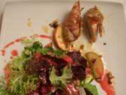 Kaninchenfilet im Speckmantel dazu in Ahornsirup glasierten Apfelspalten und Salat mit Him - Rezept