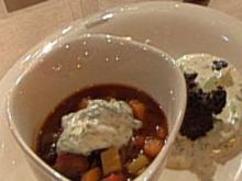 Wurstgulasch mit Gurken-Schmand-Salat (Mundstuhl) - Rezept
