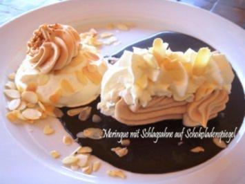Rezept: Rohzucker-Meringues auf Schokoladenspiegel mit Schlagsahne