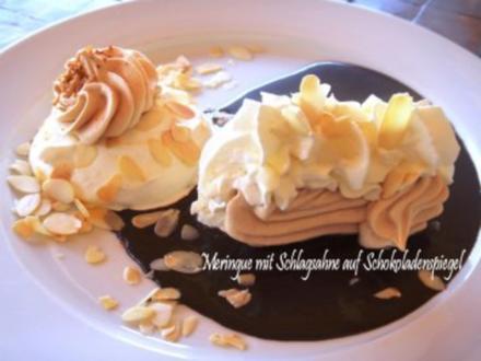 Rohzucker-Meringues auf Schokoladenspiegel mit Schlagsahne - Rezept