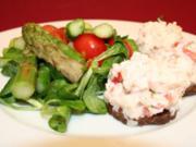 Spargelsalat an Forellentatar auf Pumpernickel mit Meerrettichschaum - Rezept