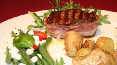 Filetto di vitello al Bacon su rucola con Fagiolini e patate al rosmarino-aglio - Rezept