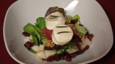 Salade Chèvre Chaud mit Bacon, Birne und Beere - Rezept