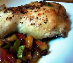Salbei-Hähnchenkeulen auf Gemüsebett - Rezept