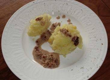 Kartoffel-Petersilienwurzel-Stampf mit Nuss-Sahne-Soße - Rezept