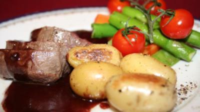 Rezept: Rinderfilet mit Rotwein-Schokoladen-Soße, Gemüse-Panaché u. Thymiankartoffeln