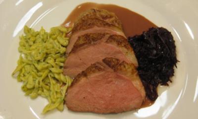 Rezept: Magret de Canard mit Rotweinsoße, Kastanienrotkohl und Kräuterknöpfle