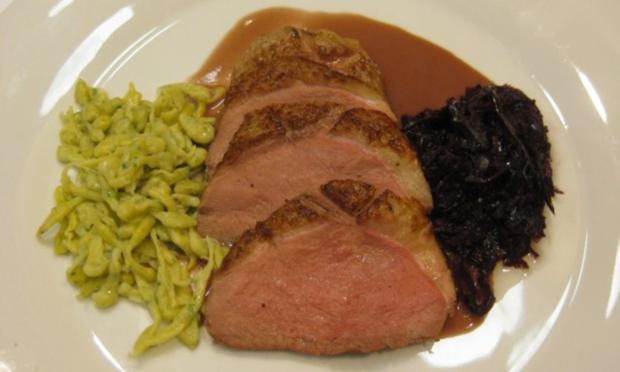 Magret de Canard mit Rotweinsoße, Kastanienrotkohl und Kräuterknöpfle - Rezept