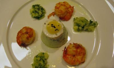 Kräutertürmchen mit Riesengarnele und Wachtelei-Croûton - Rezept