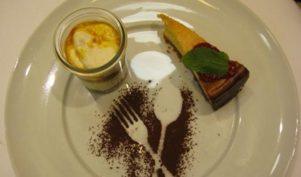 Zebramousse an Sanddorncreme, dazu ein Käsekuchen mit Himbeerdeckel - Rezept