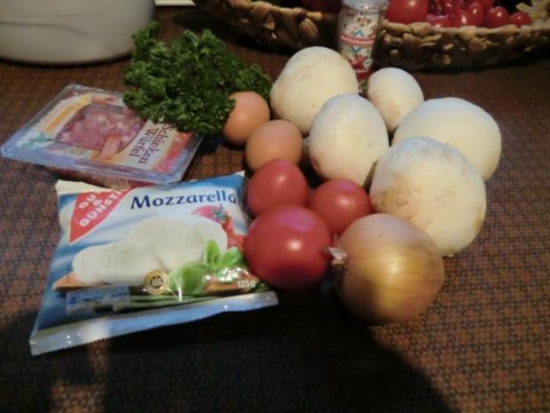 Champignons gefüllt mit Zwiebeln,  Speck und Ei überbacken mit Tomaten Mozzarella - Rezept - Bild Nr. 2