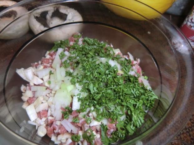 Champignons gefüllt mit Zwiebeln,  Speck und Ei überbacken mit Tomaten Mozzarella - Rezept - Bild Nr. 3