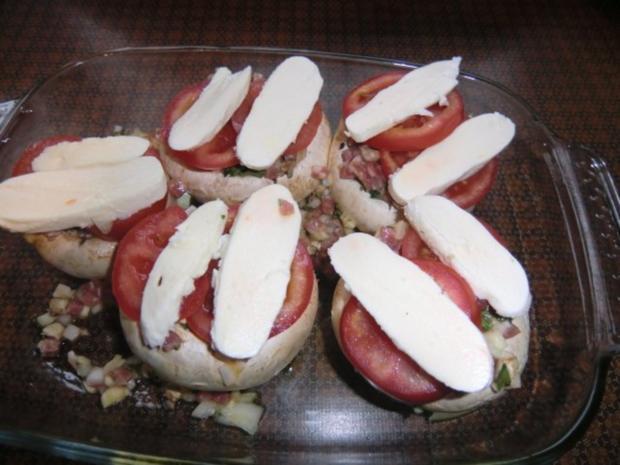 Champignons gefüllt mit Zwiebeln,  Speck und Ei überbacken mit Tomaten Mozzarella - Rezept - Bild Nr. 5