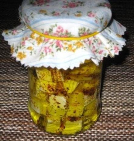 Eingelegter Fetakäse mit Chili oder Kräutern - Rezept