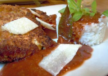 Parmesan-Hähnchen mit Tomatensauce und Basmatireis - Rezept
