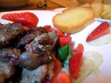 Fruchtiger Salat mit Geflügelleber und knusprigem Knoblauch-Baguette - Rezept