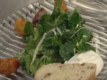 Bergkäse-Nocken und Himbeergeist-Speck-Pflaumen auf Salat - Rezept