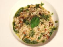 Pinienkern-Frühlingszwiebel-Risotto mit Basilikum-Pesto - Rezept