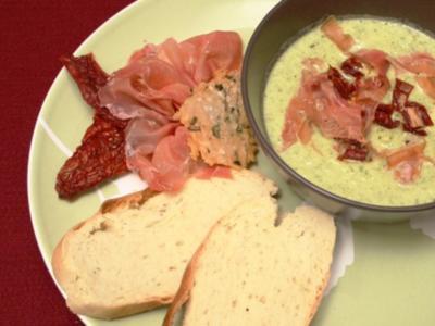 Zucchinicremesuppe mit Serranoschinken und getrockneten Tomaten - Rezept