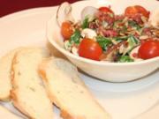 Feldsalat spezial mit Joghurtdressing und frisch gebackenem Brot - Rezept