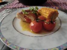 Hähnchenbrust gefüllt, an gebratenen Maiskolben und Tomätchen - Rezept
