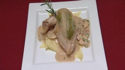 Gefüllte Hähnchenbrust mit Nudeln und Champignon-Rahmsoße (Alexander Hartmann) - Rezept