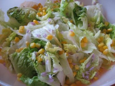 Grüner Blattsalat mit Schnittlauchblüten und Mais - Rezept