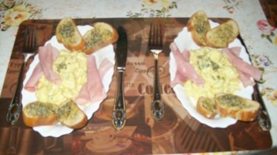 Wachteleier-Salat mit gerösteten Brötchen - Rezept