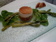 Spargelmousse auf Lachstartar mit gebratenen grünen Spargel - Rezept
