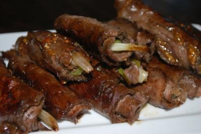 Roastbeef-Röllchen mit Feigensenf und Lauchzwiebeln - Rezept