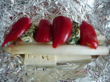 Grillen : Spargel auf Fetakäse mit Basilikumbutter und Paprika - Rezept