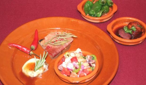 Chorizo al vino, Piementos padron, Salpicon de marisco, Pan amb Oli Serrano - Rezept